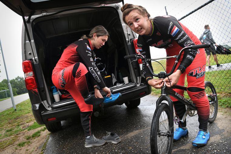 1-7-2021, Nederland, Papendal BMX zusjes Laura (rechts) en Merel Smulders voor een training op de BMX-baan van Pependal.   Beeld Marcel van den Bergh