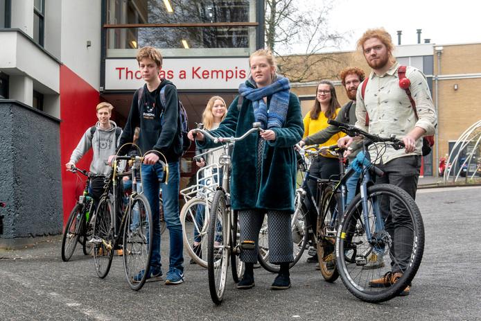 Op de voorgrond van links naar rechts: Liam te Riele, Jard Pol en Rinke Fokkema, te midden van medestanders voor de klimaatmars in Den Haag.