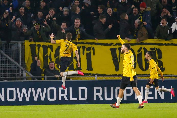Ivan Ilic viert zijn doelpunt.