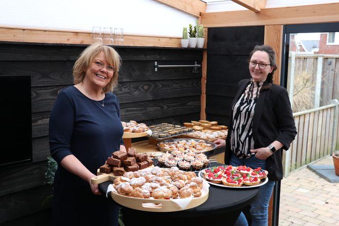 Buurvrouwen Colette Roerink (links) en Manon Nijhuis maakten gebak voor alle mensen in hun straat.