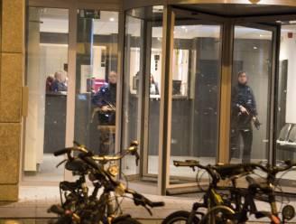 Met machinegeweren in de aanslag in politiekantoor Molenbeek