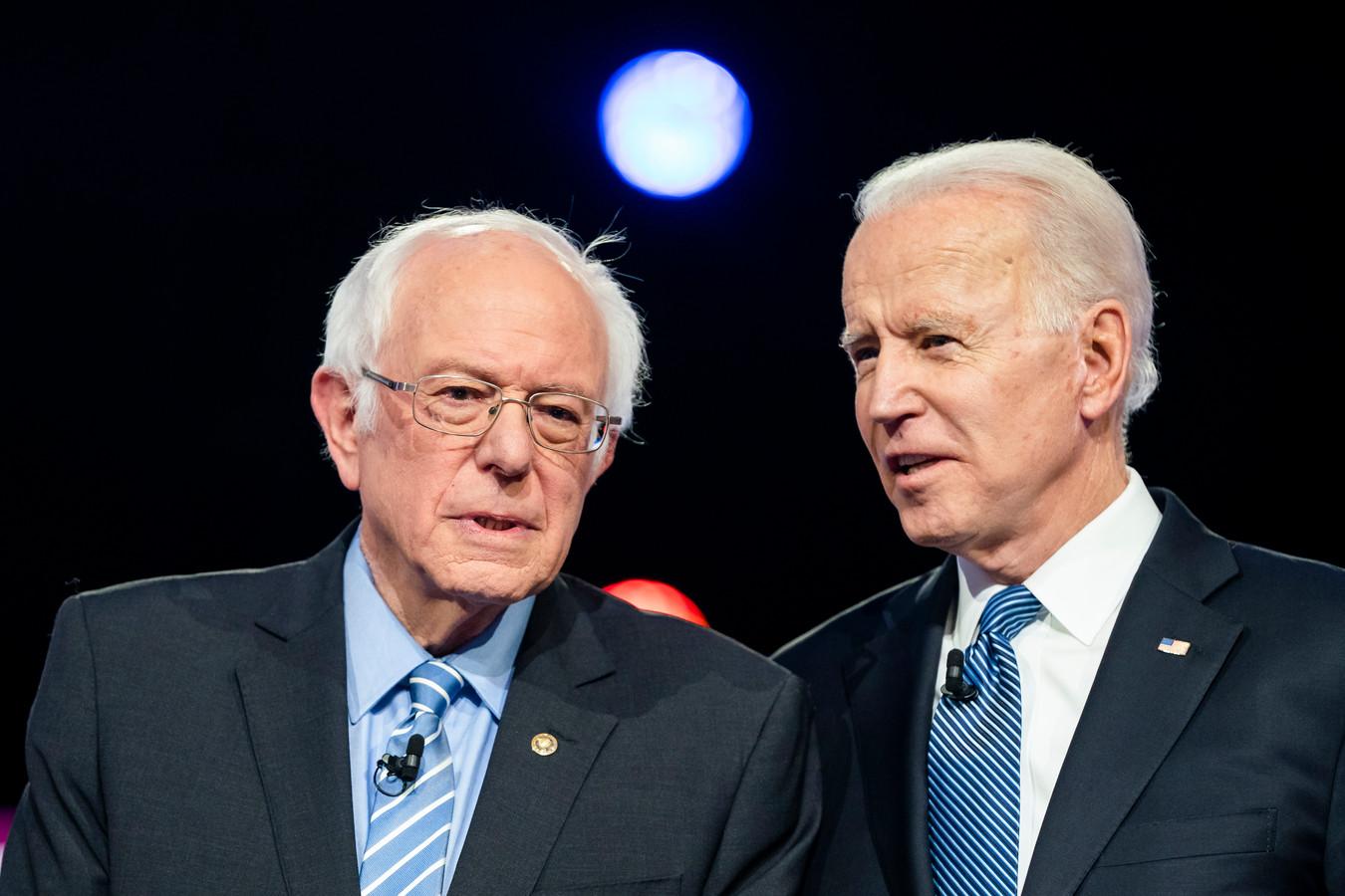 Bernie Sanders (links) en Joe Biden (rechts) bij een debat in Charleston.
