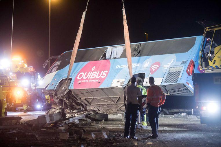Hulpdiensten bij een bus van het Nederlandse bedrijf Oostenrijk, na een ongeluk op de E40. Beeld ANP