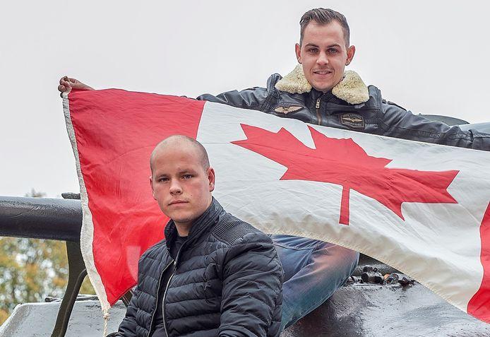 Bart van der Veen (met vlag) en Jim Raaijmakers zijn gefascineerd door de Slag om Woensdrecht in 1944. Op 24 oktober 2020 riepen ze inwoners op de Canadese vlag buiten te hangen, nu zoeken ze ooggetuigen van de bevrijding voor een documentaire.