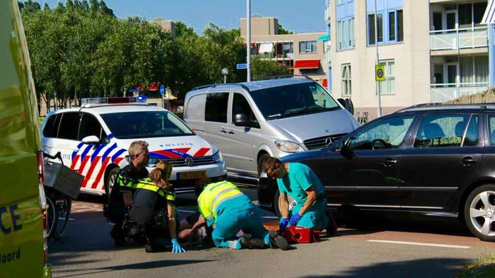 Hulpverleners buigen zich over het slachtoffer.