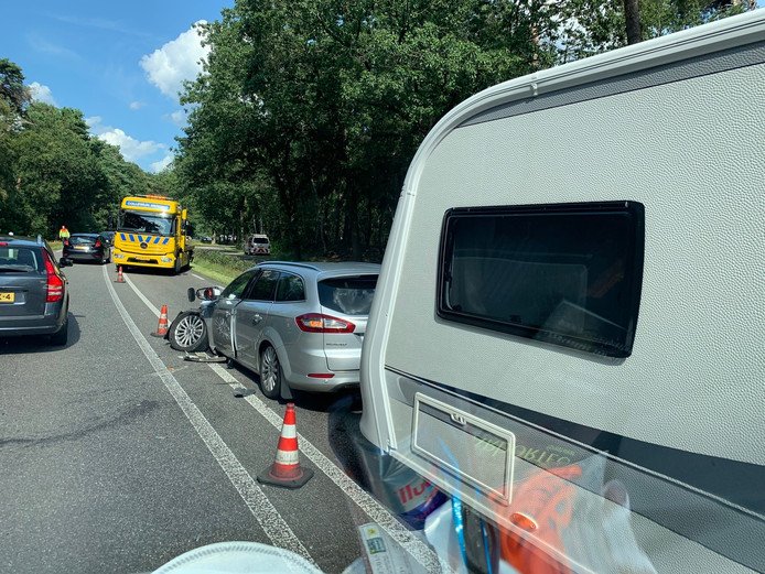 Op de N234 bij Bilthoven zijn twee auto's op elkaar gebotst.
