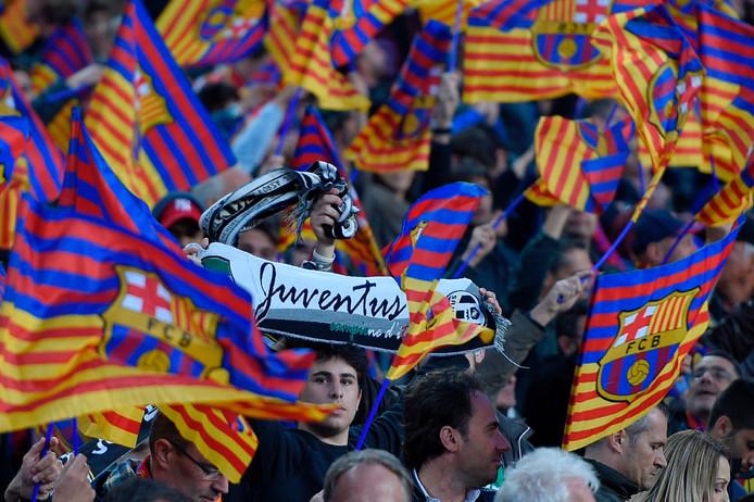 Een Juve-fan tussen de Barça-supporters.