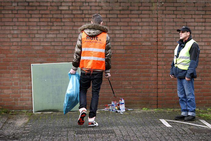 Een jongere voert zijn taakstraf, het opruimen van vuurwerkresten, uit voor een overtreding tijdens de jaarwisseling.