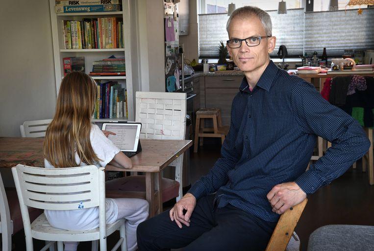 Jurriaan Vis uit Utrecht met zijn dochter en een splinternieuwe Ipad. Beeld Marcel van den Bergh / de Volkskrant