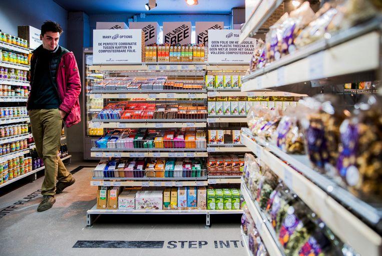 Een klant doet boodschappen in een plasticvrije winkel van Ekoplaza. Beeld ANP