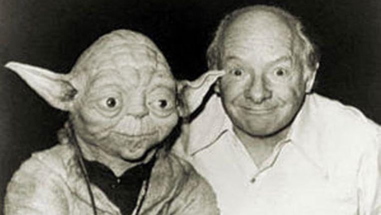 Stuart Freeborn met zijn bekendste creatie Yoda. Beeld UNKNOWN
