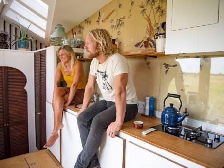 Wendy leeft zelfvoorzienend in een tiny house: 'Woonlasten bedragen 250 euro'
