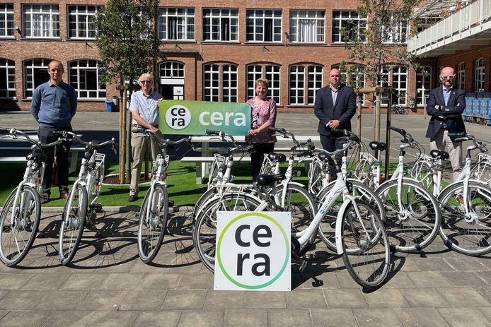 Cera hielp mee met de aankoop van 25 fietsen voor de leerlingen van 't College in Oostende. Op de foto: Luk Vandelanoitte (pedagogisch directeur), Roger De Becker (Cera), Nicole Vergote (Cera), Yannick Scheyving (directeur) en Wim Bonte (Cera).