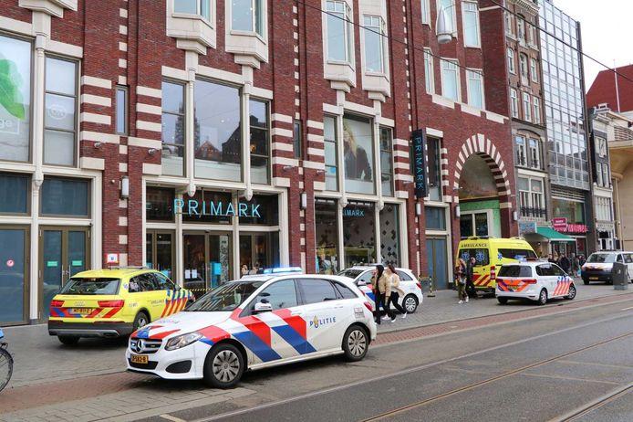 Politie en ambulance bij de Primark na de winkeldiefstal.