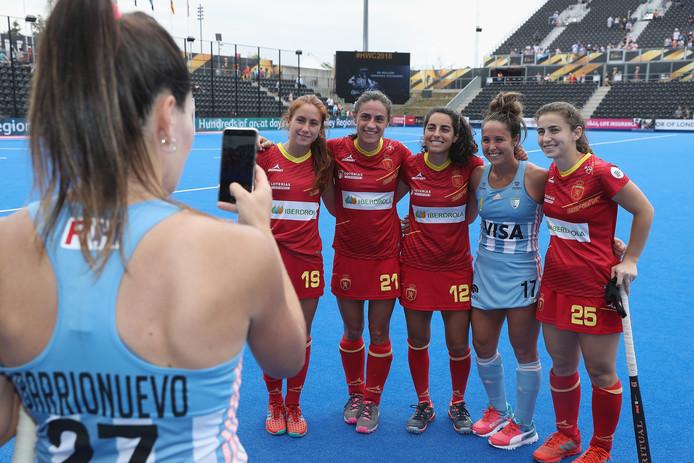 De Argentijnse speelster Noel Barrionuevo zet haar teamgenote Rocia Sanchez op de foot met vier Spaanse speelsters na hun wedstrijd op het WK.