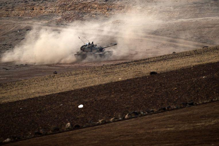 Een Turkse tank bij Kobani, aan de Turks-Syrische grens. Beeld ap
