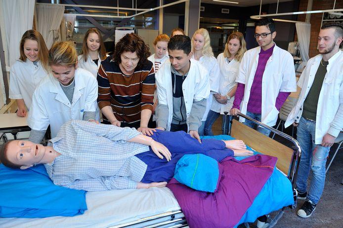 Studenten oefenen de stabiele zij-ligging met een 'patiënt'.