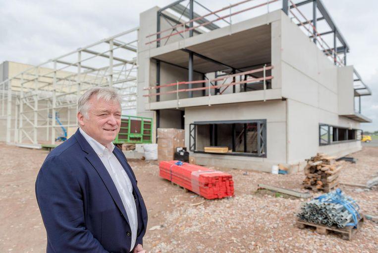 Marcel Buelens bij de nieuwe hangar die wordt gebouwd.
