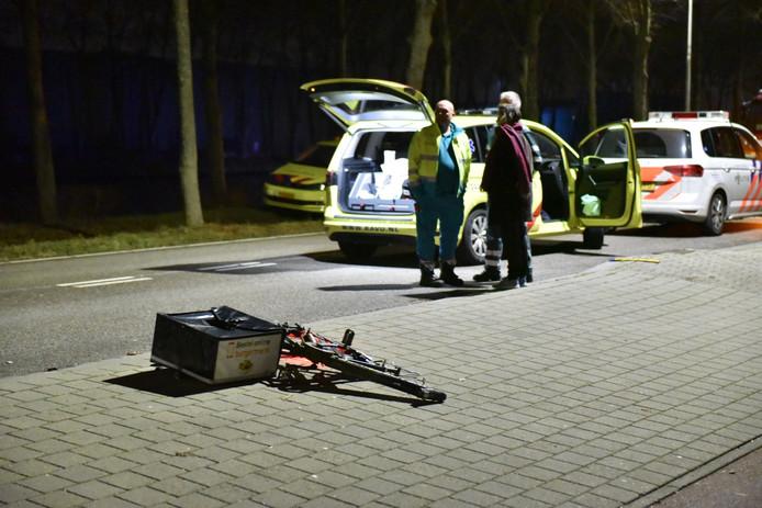 De fiets brak in tweeën door de aanrijding.