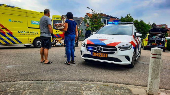 Hulpdiensten en omstanders bij het ongeval op de Floralaan in Apeldoorn.