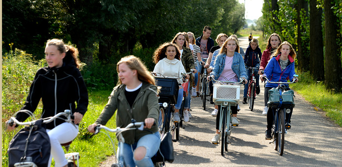 Scholieren op weg naar de scholen in Culemborg.