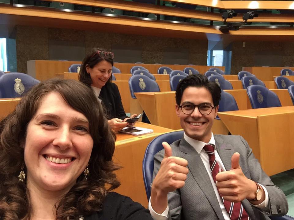 Jessica van Eijs en fractiegenoot Rob Jetten van D66 even aan het proef zitten in hun zetels in de Tweede Kamer.
