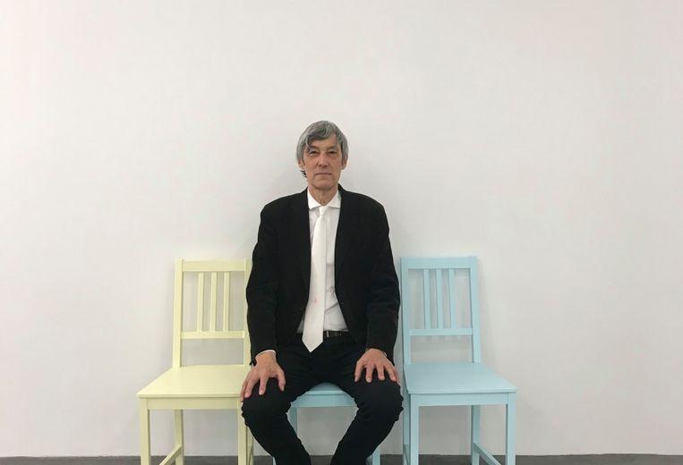 Kees van Gelder met stoelen van Lily van der Stokker en haar stropdas 'ik' om, Migros Museum, Zürich, 2019.  Beeld Lily van der Stokker