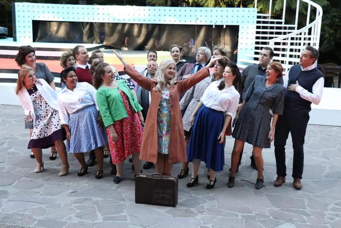Daisy Habraken-Groenland (met gespreide armen) in een scène van Petticoat deze zomer in het Natuurtheater