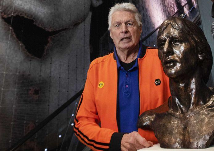 Wim Suurbier bij een beeltenis van Johan Cruijff in de Johan Cruijff Arena.