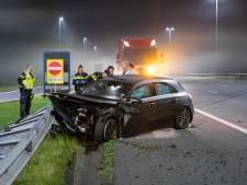 Crash op A1 bij Baarn, bestuurder vlucht, maar aangebroken fles sterke drank blijft achter