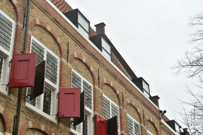 'Moderne' dakkapellen op het Weeshuiscomplex aan de Spieringstraat in Gouda.