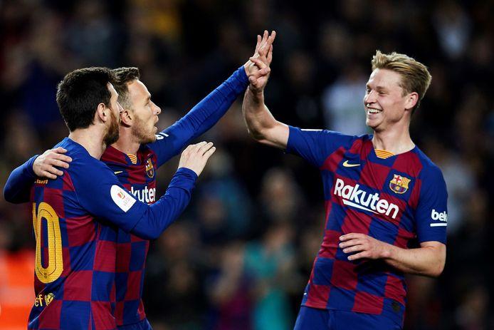 Lionel Messi, Arthur en Frenkie de Jong vieren een goal.