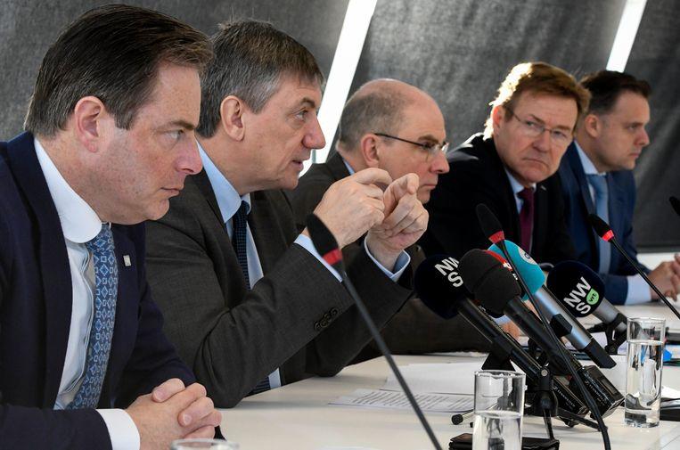 Antwerps burgemeester Bart De Wever (N-VA), ministers Jan Jambon (N-VA), Koen Geens (CD&V) en Johan Van Overtveldt (N-VA), en staatssecretaris Philippe De Backer (MR) stellen het Stroomplan voor. Beeld Photo News