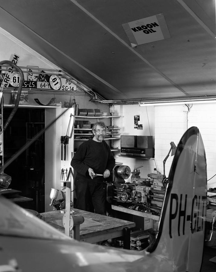 In zijn eenmansgarage De Marke restaureert hij een Great Lakes-dubbeldekker met een motor uit een Sherman-tank. Hij vliegt met PH-GLT.