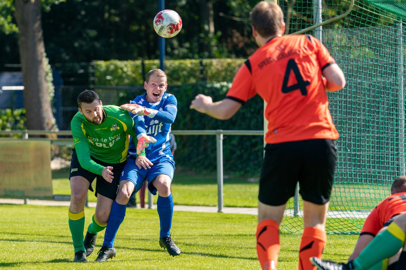 De Bataven-doelman Jamie Dekkers weet te voorkomen dat speler van BVC'12 kan scoren. Archieffoto