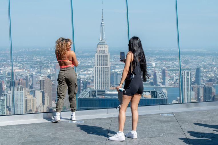 Bezoekers op de 100ste verdieping van Hudson Yards, met Manhattan op de achtergrond, 25 mei. Beeld Roy Rochlin / Getty