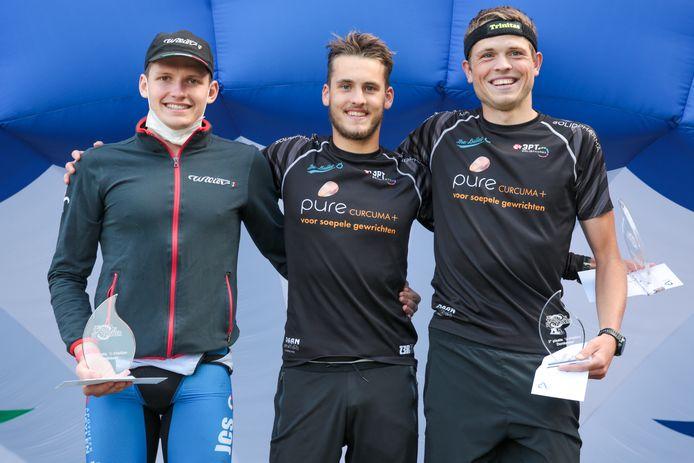 Volkwin De Smedt had alle reden tot lachen na de triatlon van Berlare want hij boekte er zijn eerste winst uit zijn carrière.  Milan Leys (l.) en zijn broer Brecht (r.) werden tweede en derde.