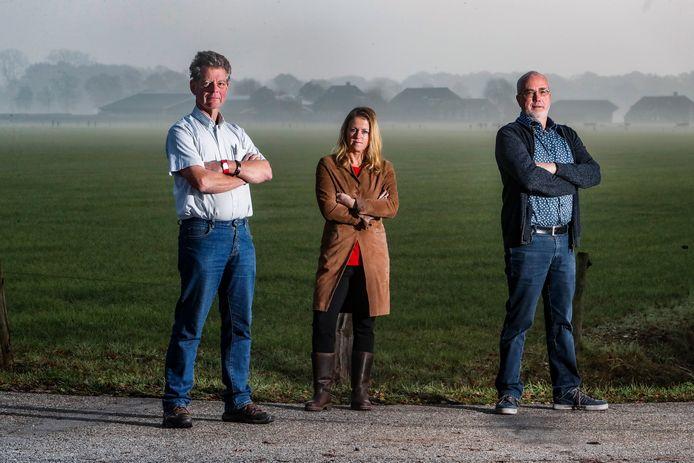 Jan Kraai, Renske van Breukelen en Wim Scholthof in het gebied waar mogelijk windmolens zouden kunnen komen.