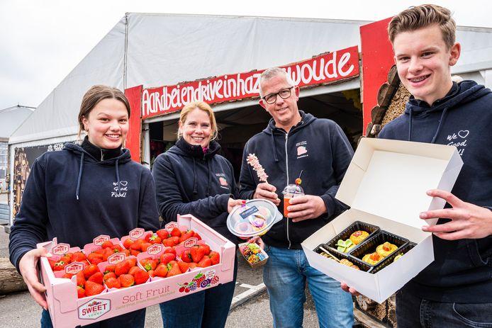 Inge Vreuls en Arnold Westmaas met hun kinderen Juul en Roos runnen met hun bedrijf De Vitaminebar een populaire Aardbeien drive-in in Hazerswoude.
