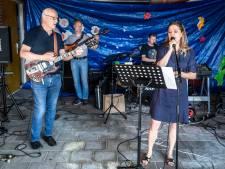 'Gluren bij de Buren' in Helmond: Luisterliedjes zweven door de tuinen
