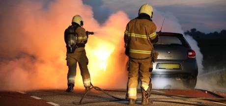 Auto vat opeens vlam op de weg in Maren-Kessel