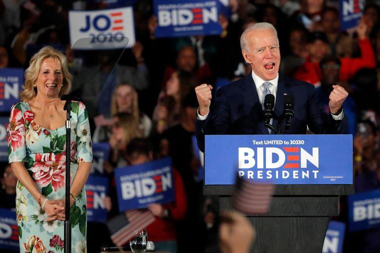 Joe Biden, met naast zich zijn vrouw Jill Biden, viert zijn overwinning in South Carolina. Beeld AP