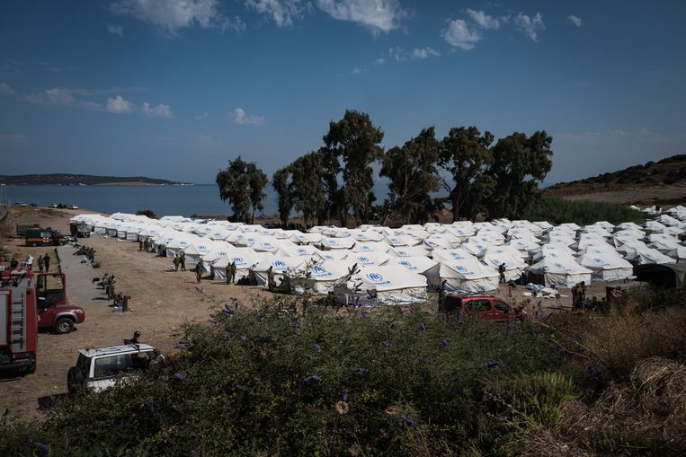 Het Griekse leger stampt een kamp voor migranten uit de grond in Karatepe om ontheemden op te vangen.  Beeld Nicola Zolin