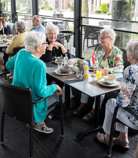 Zundertse ouderen genieten van zult en bloedworst in Wernhout: 'Je bent eens een keer van huis'
