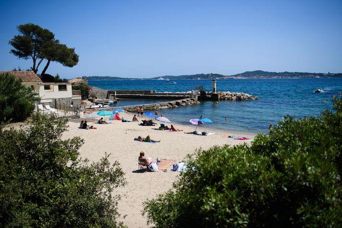 Les gens profitent du soleil, de la mer et de la plage à Port-Grimaud, dans le sud de la France. Toute la côte méditerranéenne de la France est désormais en orange.