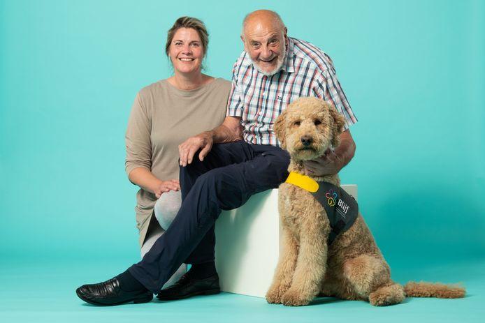 Labradoodle Hendrik wordt geknuffeld door meneer Zaaijer. De hond heeft een bijzondere functie.