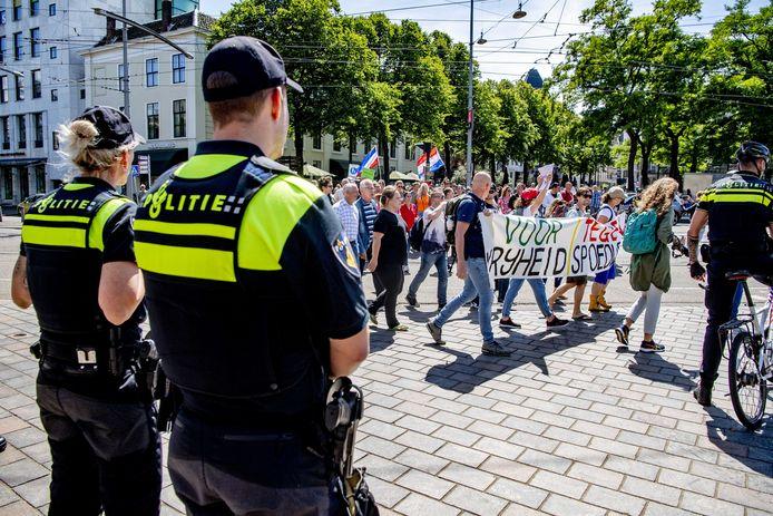 Archiefbeeld: Demonstranten protesteren tijdens de vorige demonstratie met een mars door Den Haag tegen de coronaregels.
