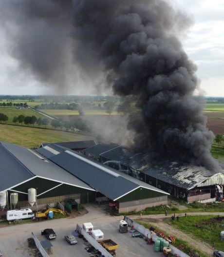 Grote brand in boerenschuur met hooi en tractoren bij Angerlo onder controle, pand deels verwoest