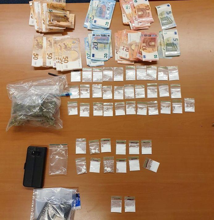 De gevonden materialen in de woning in Hooge Mierde.