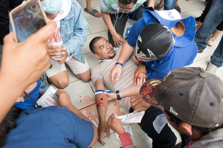 Een gewonde demonstrant krijgt eerste hulp in een kerk nadat een vreedzame antiregeringsdemonstratie geweldaddig werd beëindigd door de veiligheidsdiensten. (23/09/2018)  Beeld AP
